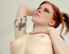 Anna Lee hermosa Pelirroja Tatuada (14)