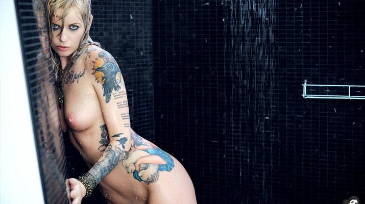 Vice mojada y tatuada