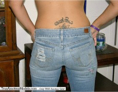 Jovencita mostrando su tatuaje en la espalda (3)