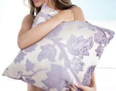 La hermosa Taylor Patrick se desnuda en el sofá (10)