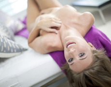 La hermosa Taylor Patrick se desnuda en el sofá (19)