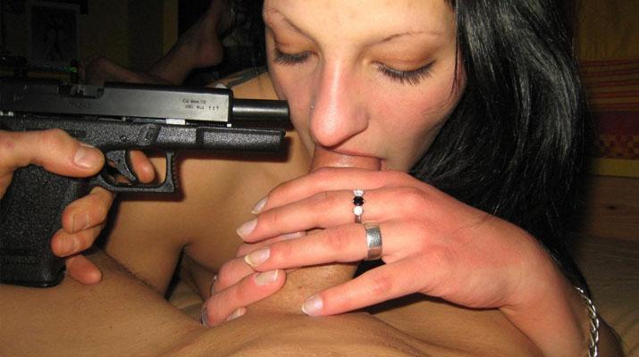 Morocha mamadora con la espalda tatuada