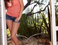 Nina James en shorts bien cortos (2)