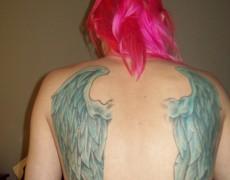 Amateur con alas tatuadas en la espalda (37)