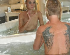 Amateur con alas tatuadas en la espalda (51)