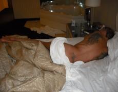 Amateur con alas tatuadas en la espalda (70)