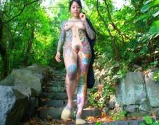 Asiatica mostrando sus tatuajes en la jungla (13)