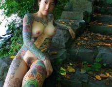 Asiatica mostrando sus tatuajes en la jungla (15)