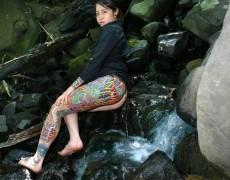 Asiatica mostrando sus tatuajes en la jungla (2)