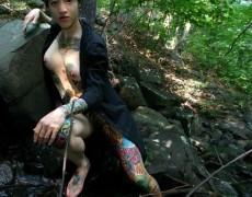 Asiatica mostrando sus tatuajes en la jungla (4)