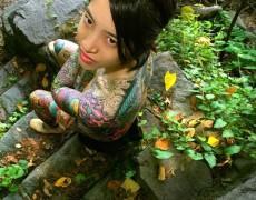 Asiatica mostrando sus tatuajes en la jungla (5)