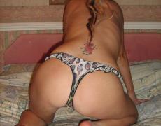 Bonita rubia con tatuaje de mariposa (39)