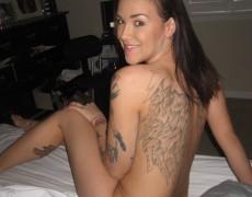 Chica tatuada desnuda en su cuarto (9)