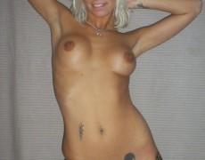 Divina rubia desnuda en su cuarto (8)