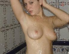 Hermosa argentina tatuada en la ducha (5)