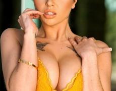 Jai Bella se quita su lenceria amarilla (3)