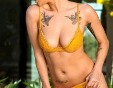 Jai Bella se quita su lenceria amarilla (4)