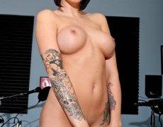 La actriz porno tatuada Juelz Ventura (102)