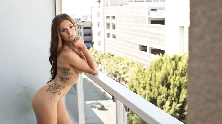 La bella modelo tatuada Taylor Patrick
