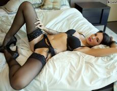 La elegante Juelz Ventura en lencería negra (27)
