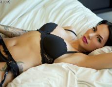 La elegante Juelz Ventura en lencería negra (28)