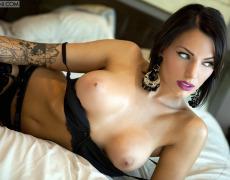 La elegante Juelz Ventura en lencería negra (36)