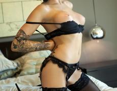 La elegante Juelz Ventura en lencería negra (41)