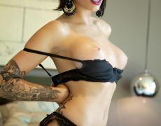 La elegante Juelz Ventura en lencería negra (42)