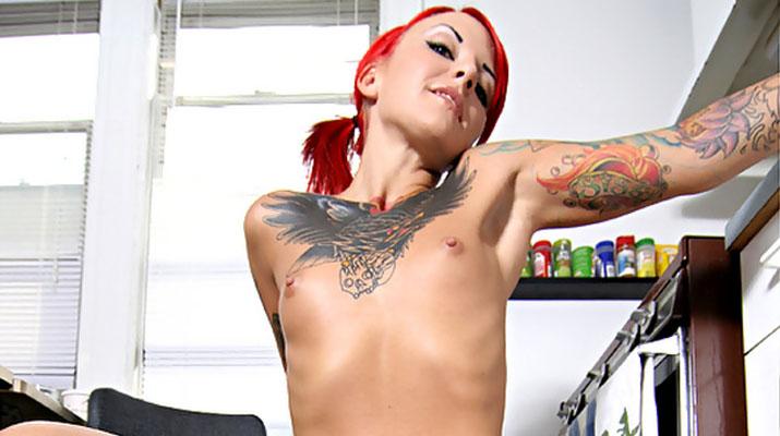 La tatuada Catra en Burning Angel
