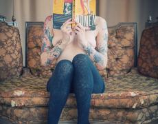 Leanna Banana leyendo un libro desnuda (1)