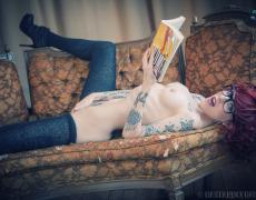 Leanna Banana leyendo un libro desnuda (2)