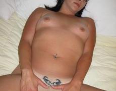 Madura morena mostrando sus tatuajes (16)
