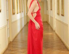 Misha Cross elegante en un vestido rojo (1)