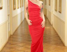 Misha Cross elegante en un vestido rojo (2)