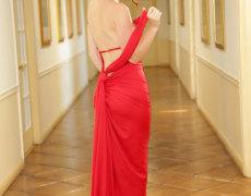 Misha Cross elegante en un vestido rojo (7)
