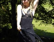 Rubia peluda desnuda en el bosque (1)