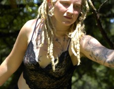 Rubia peluda desnuda en el bosque (2)
