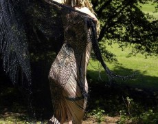 Rubia peluda desnuda en el bosque (6)