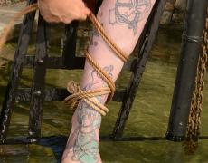 Super tetona tatuada atada (5)