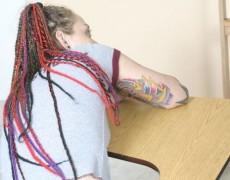 Tatuada nalgueada en el salón de clases (2)