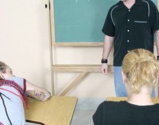 Tatuada nalgueada en el salón de clases (3)