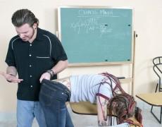 Tatuada nalgueada en el salón de clases (6)