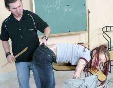 Tatuada nalgueada en el salón de clases (7)
