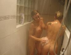 Tatuadas maduras calentándose en la ducha (24)