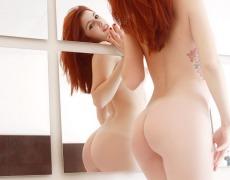 Tierna pelirroja tatuada desnuda (10)