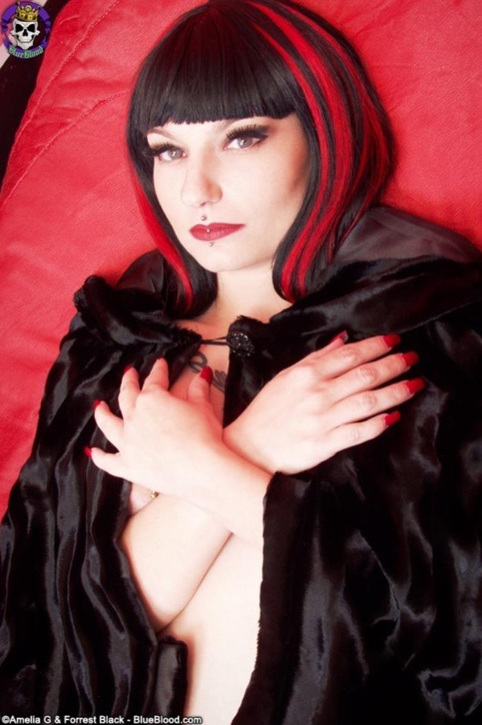 Amelia G O Vampira Desnuda