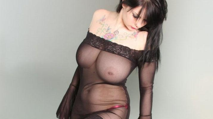 Jennique Adams en lencería transparente