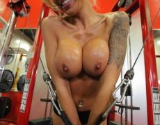 La MILF divina tatuada Nina Elle (40)
