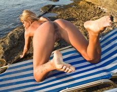 La tatuada Ashley Bulgari tomando el sol desnuda (14)