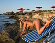 La tatuada Ashley Bulgari tomando el sol desnuda (15)